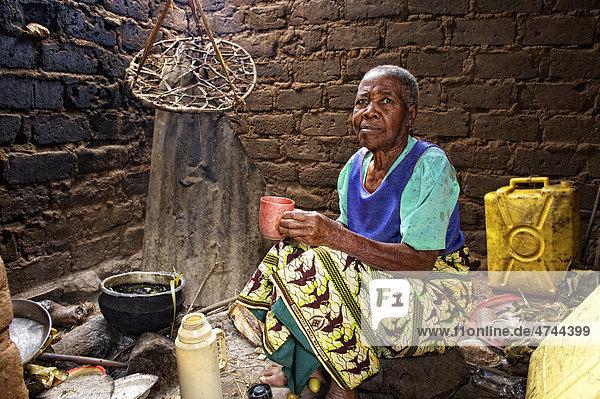 Alte Frau in ihrer Küche  in der Nähe von Bukoba  Tansania  Afrika