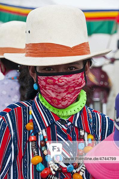 Traditionell gekleidete Frau in der Stadt Tsochen  Westtibet  Tibet  Asien