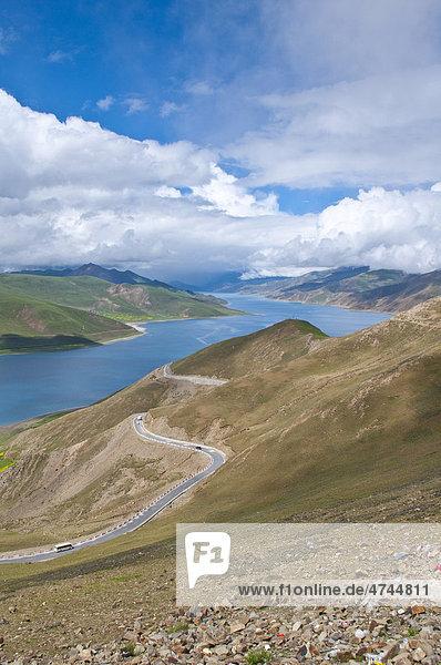Der Yamdrok See  am Friendship Highway  Tibet  Asien
