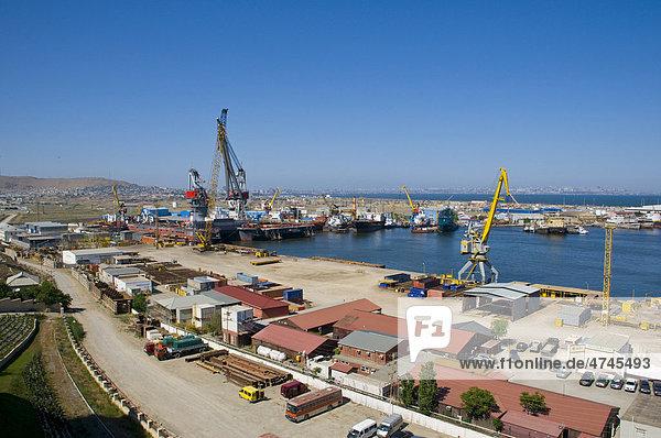 Blick über den Hafen von Baku  Aserbaidschan  Vorderasien  Kaukasus