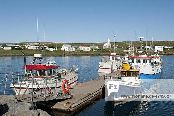 Hafen  kleine Fischerboote  Häuser und Kirche  _Ûrshöfn  Thorshöfn  Island  Skandinavien  Nordeuropa  Europa