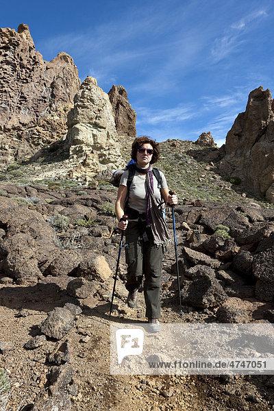 Eine Frau  beim Bergwandern  Roques de Garcia  Canadas  Teide-Nationalpark  Teneriffa  Kanarische Inseln  Spanien  Europa