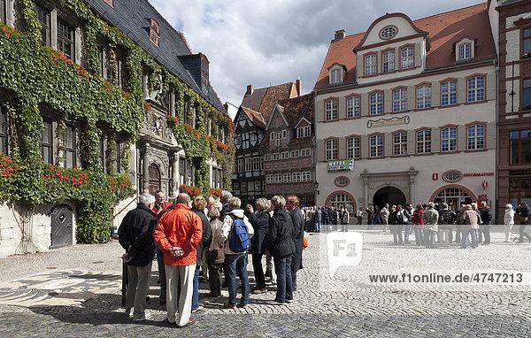 Quedlinburger Marktplatz mit Rathaus und Touristengruppen  Unesco-Weltkulturerbe  Ostharz  Sachsen-Anhalt  Deutschland  Europa