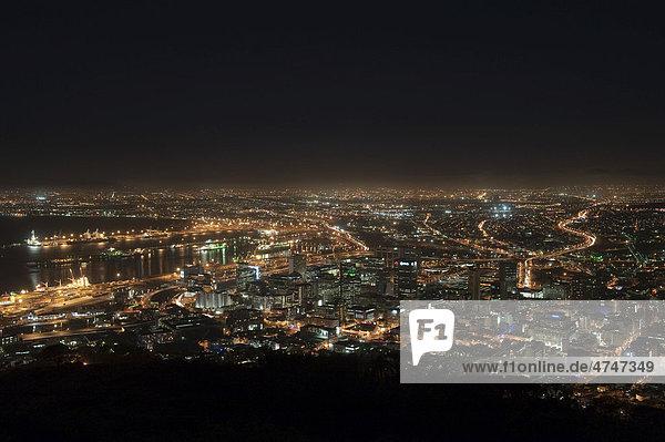 Blick vom Signal Hill bei Nacht auf Kapstadt  Südafrika  Afrika