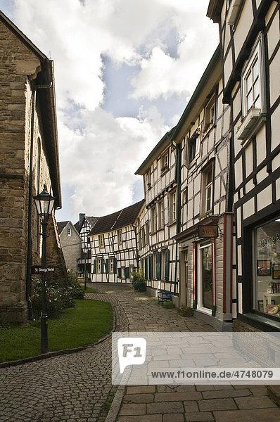 Teil von 143 restaurierten Fachwerkhäusern um den als Ensemble erhaltenen Kirchplatz der St.-Georgs-Kirche  Hattingen  Westfalen-Lippe  Nordrhein-Westfalen  Deutschland  Europa