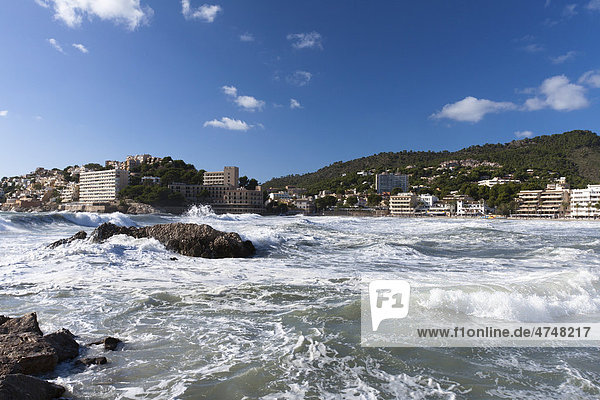 Heftige Brandung am Strand Playa Palmira in Peguera  Mallorca  Balearen  Spanien  Europa