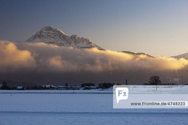 Der Thaneller-Gipfel  2341 m  wird von der Abendsonne angestrahlt mit kleiner Kapelle  Reutte  Tirol  Österreich  Europa