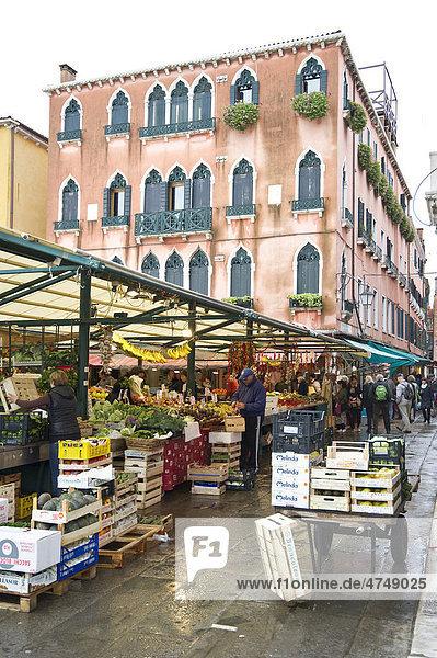 Markt an der Rialtobrücke  Venedig  Italien  Europa