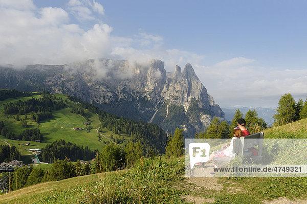 Wanderer  Bergsteiger  Seiseralm mit Schlern  Südtirol  Italien  Europa