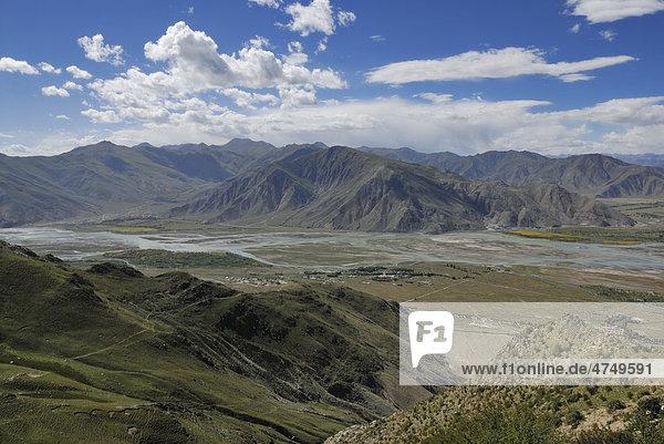 Berglandschaft am Kyichu Fluss nahe Kloster Ganden bei Lhasa  Tibet  China  Asien