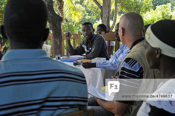 Entwicklungshelfer nimmt an einer Dorfversammlung teil  Dorf Charle Magne in den Bergen bei Petit Goave  Haiti  Karibik  Zentralamerika