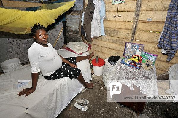Schwangere 15-jährige Frau auf ihrem Bett  Dorf L'Acul nahe Leogane  Haiti  Karibik  Zentralamerika