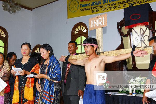 Jesus am Kreuz  Passionsaufführung  Schülerinternat  Simalungun  Sumatra  Indonesien  Asien