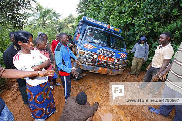 In Schlamm festgefahrener Lastwagen  Urwald-Piste  Bamenda  Kamerun  Afrika