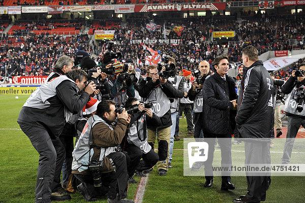 Trainer Bruno LABBADIA  VfB Stuttgart  links  begrüßt Trainer Aloysius Paulus Maria Louis VAN GAAL  FC Bayern München  rechts  vor Pressefotografen und TV-Kamera  Mercedes-Benz Arena  Stuttgart  Baden-Württemberg  Deutschland  Europa
