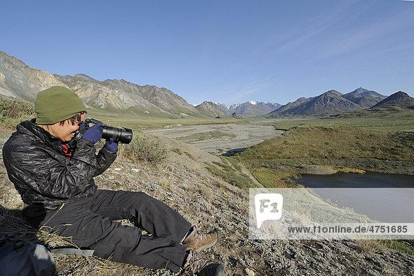 Frau fotografiert den hulahula River in der Nähe der Quelle in der Brooks Range in ANWR  Das arktische Alaska  Sommer