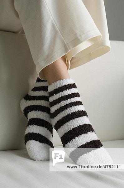 Füße mit Frotteestrümpfen