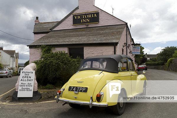Morris Minor 1000 Cabriolet vor Victoria Inn  Perranuthnoe  Cornwall  England  Großbritannien  Europa