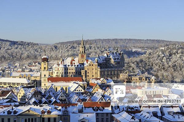 Blick über die Altstadt von Sigmaringen mit dem ehemaligen fürstlichen Residenzschloss und Verwaltungssitz der Fürsten zu Hohenzollern-Sigmaringen  Landkreis Sigmaringen  Baden-Württemberg  Deutschland  Europa