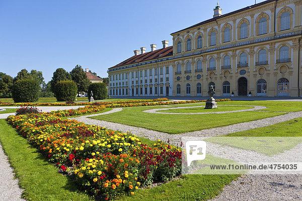 Blick auf das Neue Schloss Schleißheim mit Hofgarten  Oberschleißheim bei München  Oberbayern  Bayern  Deutschland  Europa