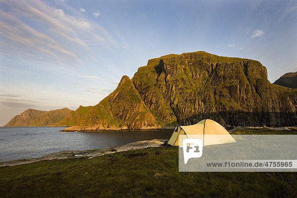 Zelt bei A  Insel Vestvagoya  westliches Ende der Lofoten  Norwegen  Skandinavien  Europa