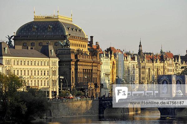 Nationaltheater  Moldau  Masaryk-Kai  Legionenbrücke  Prag  Böhmen  Tschechien  Europa