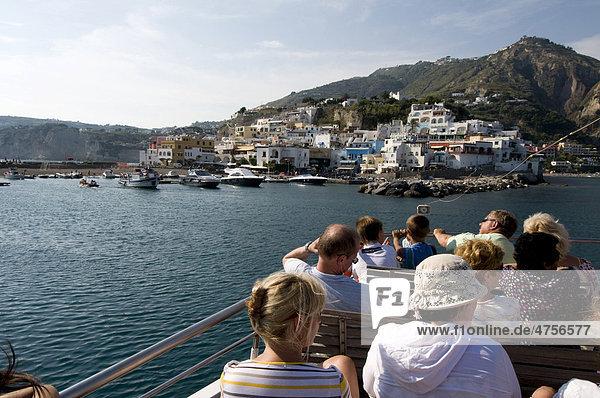 Touristen auf Ausflugsboot vor Sant'Angelo  Ischia  Italien  Europa