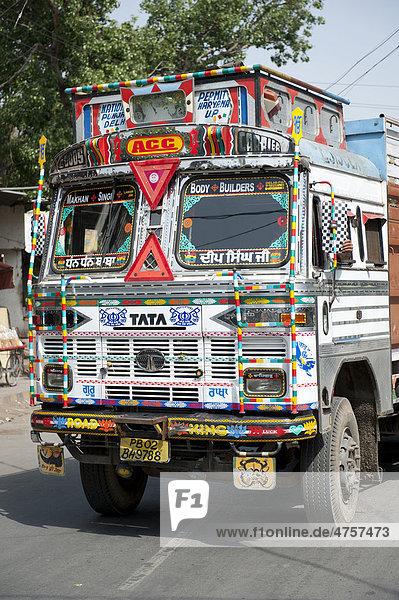 Verkehr  Tata LKW  reich geschmücktes Führerhaus  Amritsar  Bundesstaat Punjab  Indien  Südasien  Asien