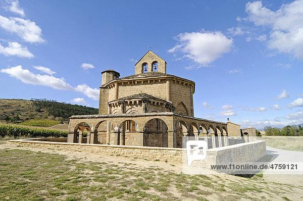 Santa Maria de Eunate  romanische Kirche  Jakobsweg  Pilgerweg  Pilgerstation  Muruzabel  Pamplona  Navarra  Spanien  Europa