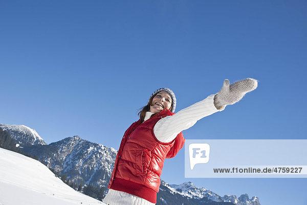 Fröhliche Frau in Winterlandschaft  Tannheimer Tal  Tirol  Österreich Fröhliche Frau in Winterlandschaft, Tannheimer Tal, Tirol, Österreich