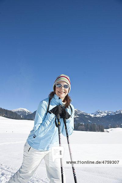Lächelnde Frau in Winterlandschaft  Tannheimer Tal  Tirol  Österreich