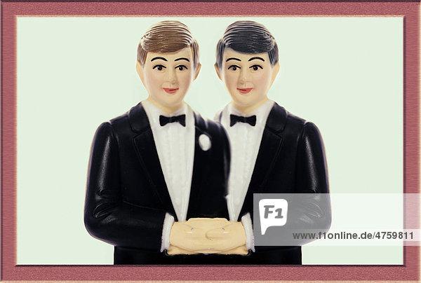 Hochzeitspaar-Figur mit zwei Männern  Symbolbild gleichgeschlechtliche Ehe