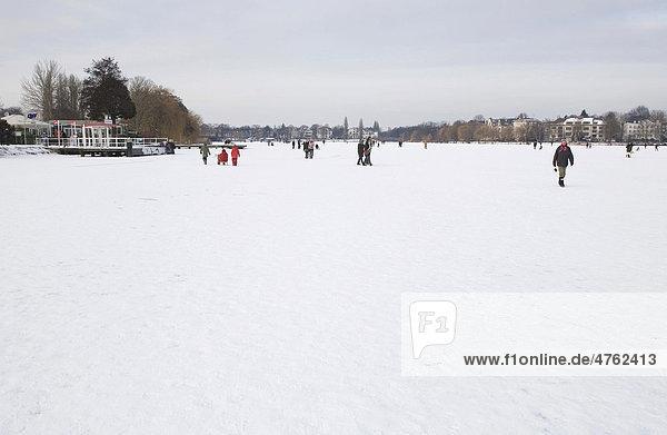 Spaziergänger auf der zugefrorenen Alster  Hamburg  Deutschland  Europa