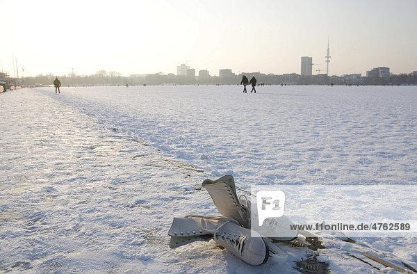Alte Schlittschuhe an der zugefrorenen Alster  Außenalster  Hamburg  Deutschland  Europa Alte Schlittschuhe an der zugefrorenen Alster, Außenalster, Hamburg, Deutschland, Europa
