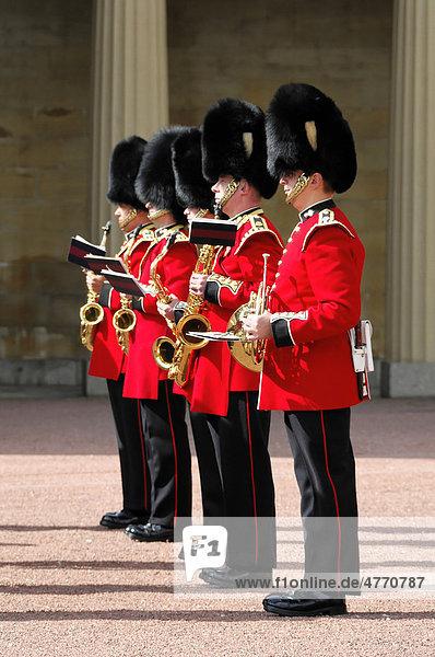 Royal Guard bei der Wachablösung  Buckingham Palace  London  England  Großbritannien  Europa