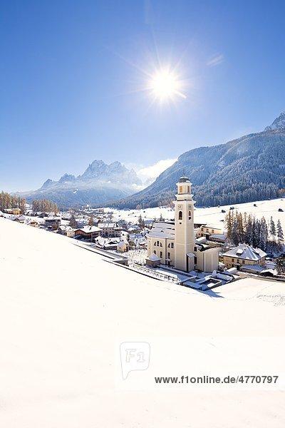 Blick auf Sexten mit Kirche  Südtirol  Italien