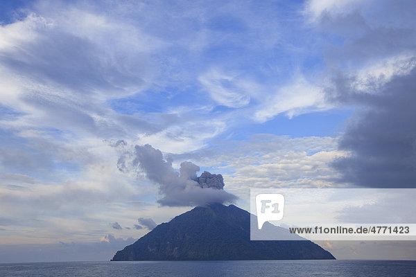 Vulkanausbruch des Batu Tara  Floressee  Indonesien Vulkanausbruch des Batu Tara, Floressee, Indonesien