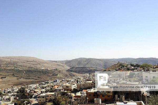 Drusendorf Majdal Shams  Mitte links der Shouting Hill  von wo aus die Menschen auf der syrischen Seite sich mit ihren Verwandten im israelisch besetzten Dorf verständigen  Golanhöhen  Hermongebirge  Israel  Syrien  Naher Osten  Vorderasien