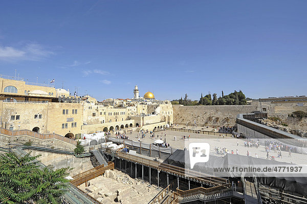 Temple Mount with Dome of the Rock  Wailing Wall  and in the back a wooden ramp to the Temple Mount for non-Muslims  Jerusalem  Israel  Middle East  Southwest Asia