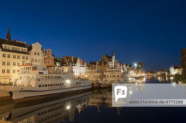 Rechtstadt Danzig mit Hafen an der Motlau  und Krantor bei Nacht  Gdansk  Pommern  Polen  Europa