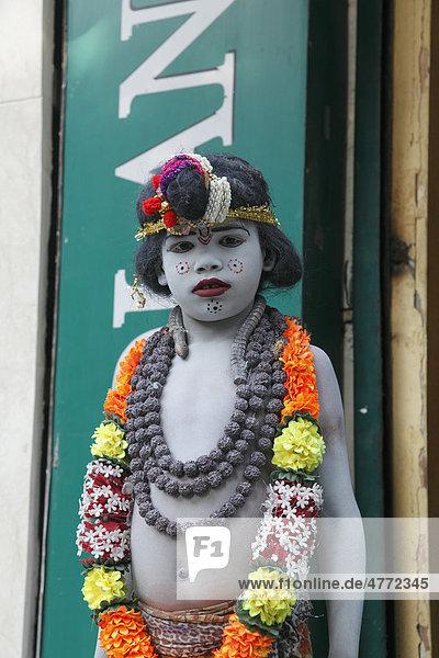 Ein Kind verkleidet als Gott Krishna geht betteln  Delhi  Uttar Pradesh  Nordindien  Indien  Asien