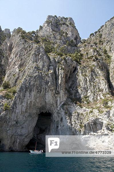 Boot vor der Weißen Grotte  Die Weiße Grotte  Grotta Bianca  Ostküste  Insel Capri  Italien  Europa
