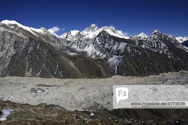 Ngozumpa-Gletscher mit Everestmassiv vom Gokyo Ri auf 5360 m aus  Khumbu  Sagarmatha-Nationalpark  Nepal  Asien