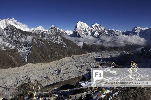 Cholatse  6440 m  und Taboche  6542 m  vor dem Ngozumpa Gletscher vom Gokyo Ri  5360 m  aus  Khumbu  Sagarmatha-Nationalpark  Nepal  Asien