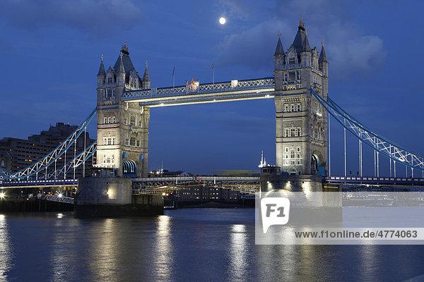 Themse mit der Tower Bridge bei Nacht  London  England  Vereinigtes Königreich  Europa