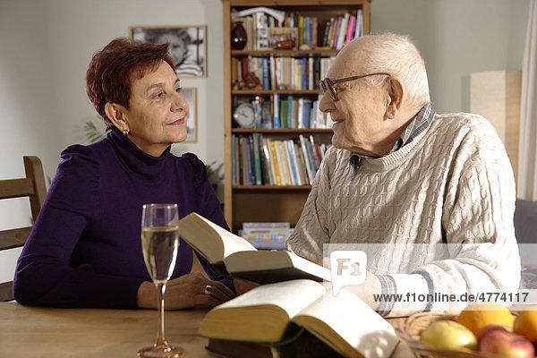 Alter Mann  Senior  92 Jahre  liest  mit Tochter