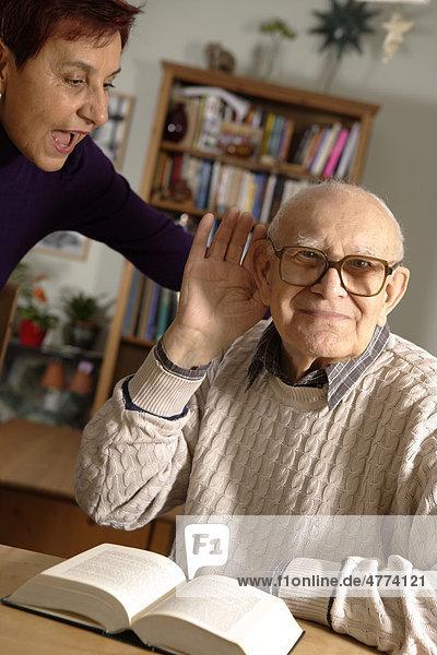 Senior  92 Jahre  schwerhörig  mit Tochter