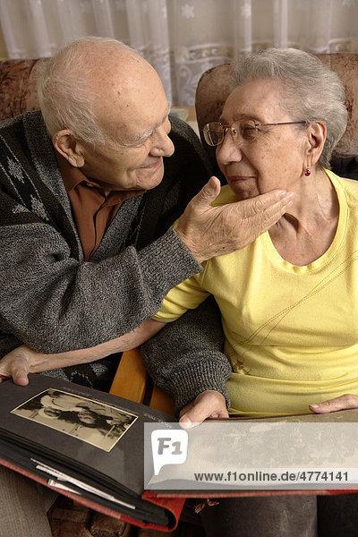 Paar  Senior  92 Jahre  Seniorin  89 Jahre  mit Familienalbum