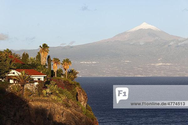 Blick von San Sebasti·n de La Gomera nach Teneriffa mit dem schneebedeckten Berg Teide  Kanaren  Spanien  Europa
