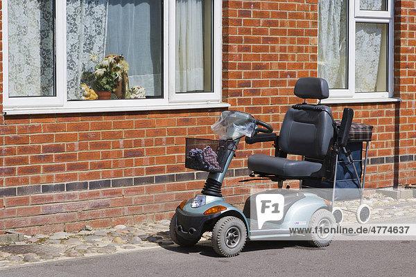 Elektromobil vor einem Haus geparkt
